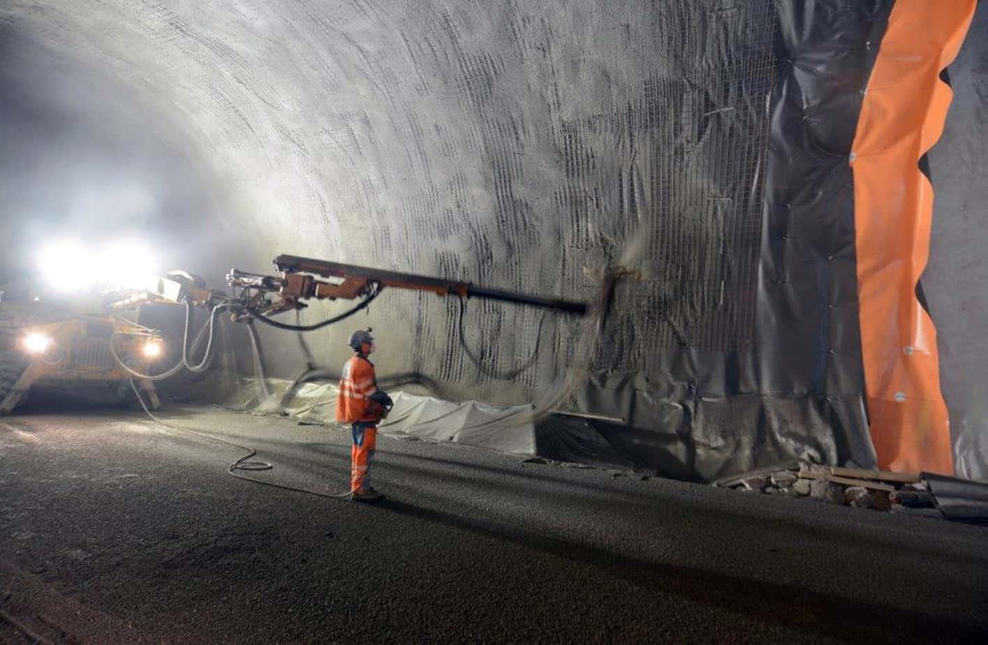 Un'immagine dei lavori nella galleria di sicurezza Mitholz: una vista dell'applicazione del calcestruzzo proiettato per la realizzazione del rivestimento definitivo