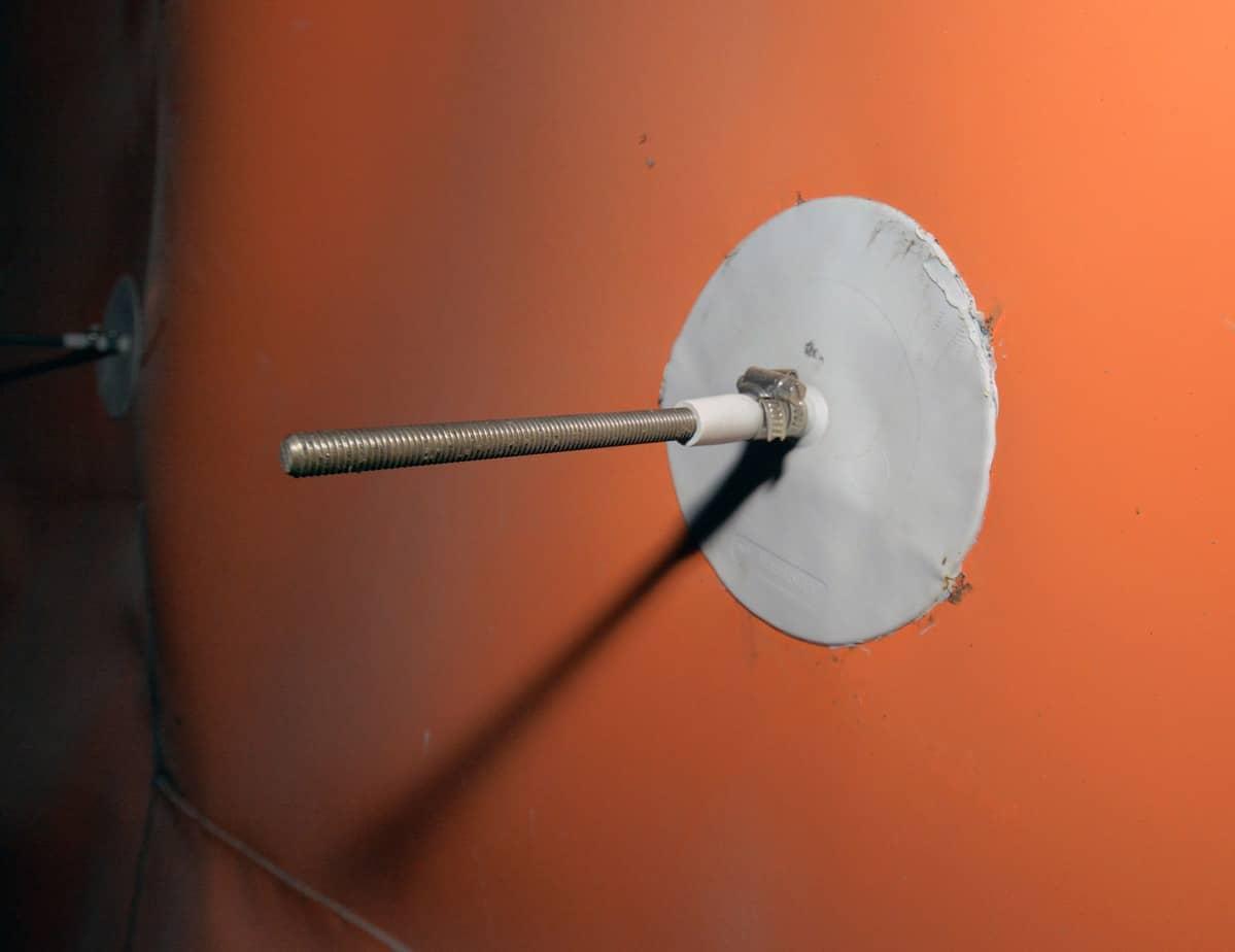 Un particolare del Mapeplan Collar in corrispondenza dei tasselli in acciaio inox