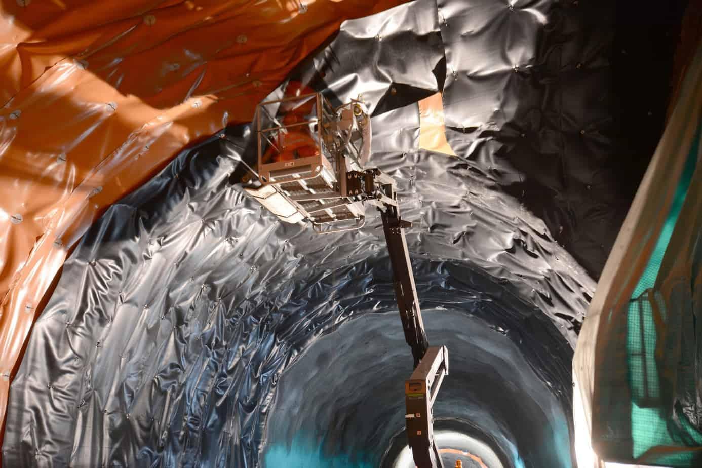 L'applicazione del manto di protezione Mapeplan Protection 15 dopo la posa in opera del manto Mapeplan TU WL 21