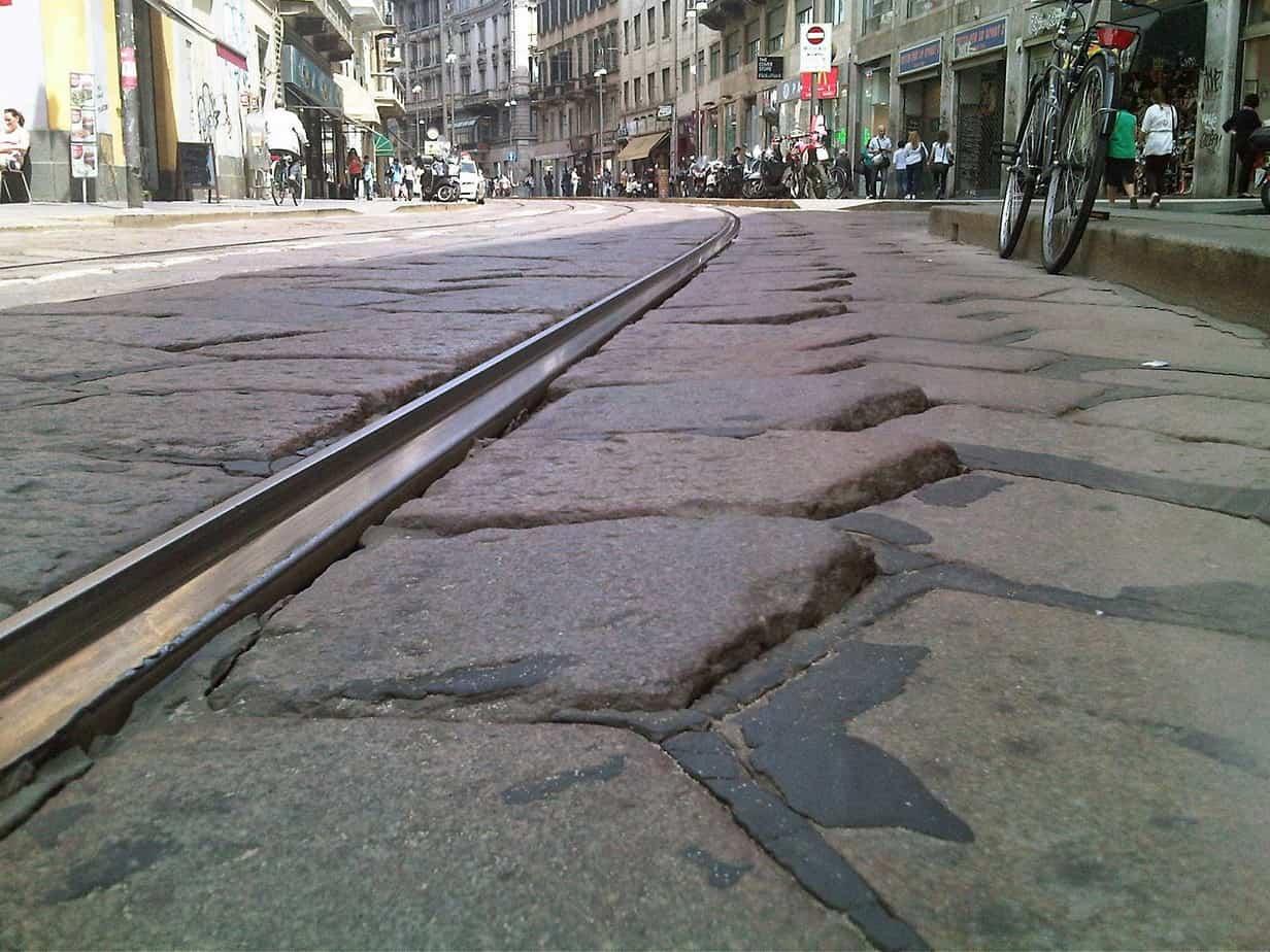 Una pavimentazione lapidea sigillata con mastice elastomerico (tipo tradizionale)