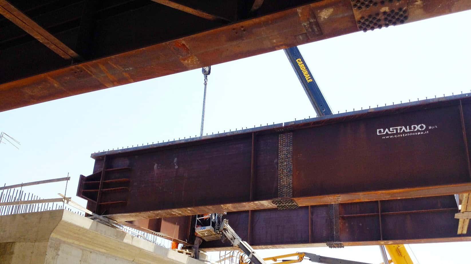 Il varo delle travi del viadotto sulla sommità della pila