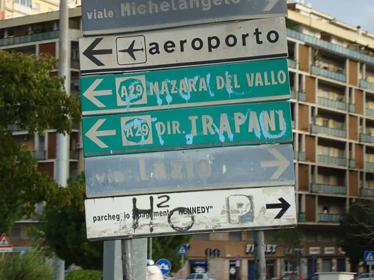 Esempio di cartellonistica stradale fortemente degradata