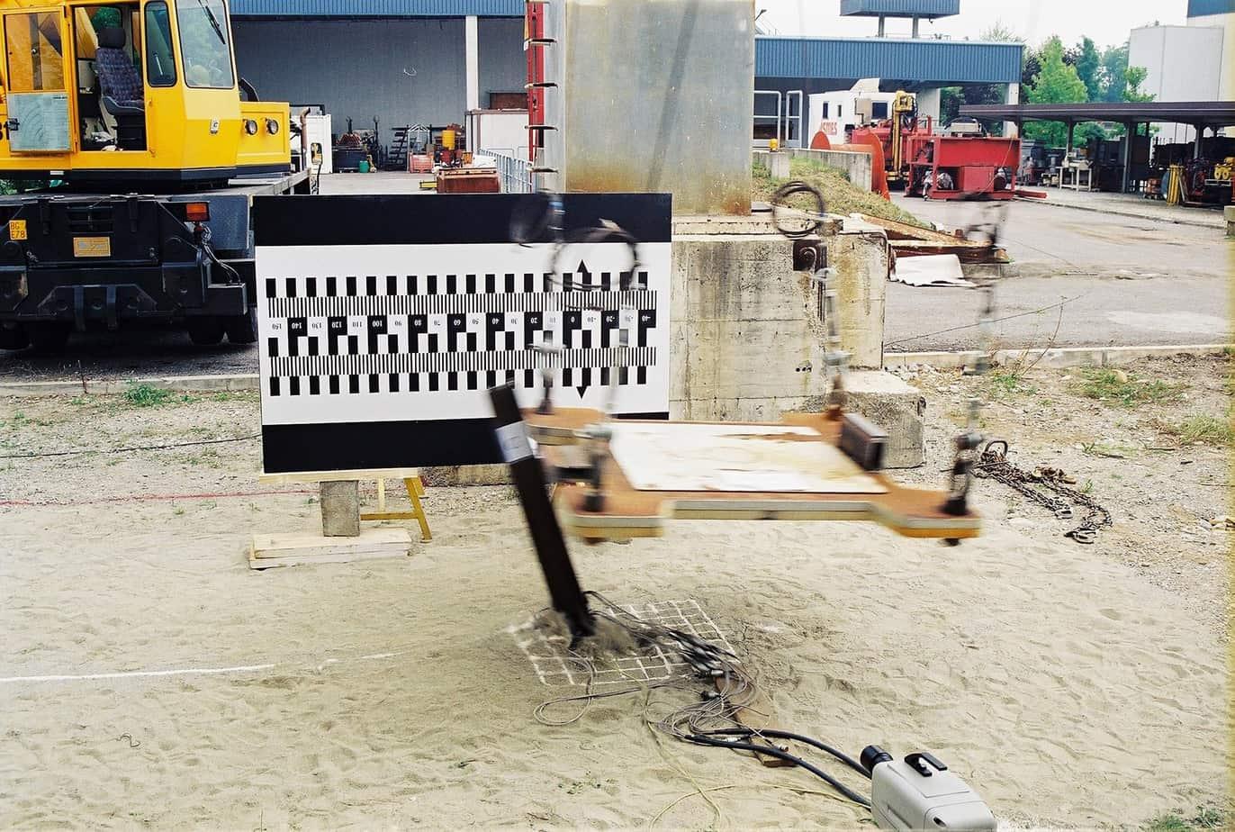 L'interazione dinamica terreno-struttura che si verifica allorché ai montanti di una barriera di sicurezza viene trasmessa l'energia cinetica derivante da un urto è un fenomeno abbastanza complesso e relativamente poco conosciuto