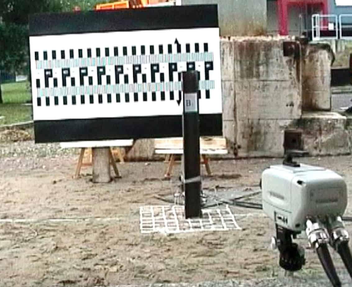 La telecamera ad alta velocità e il maglio pronto per l'impatto