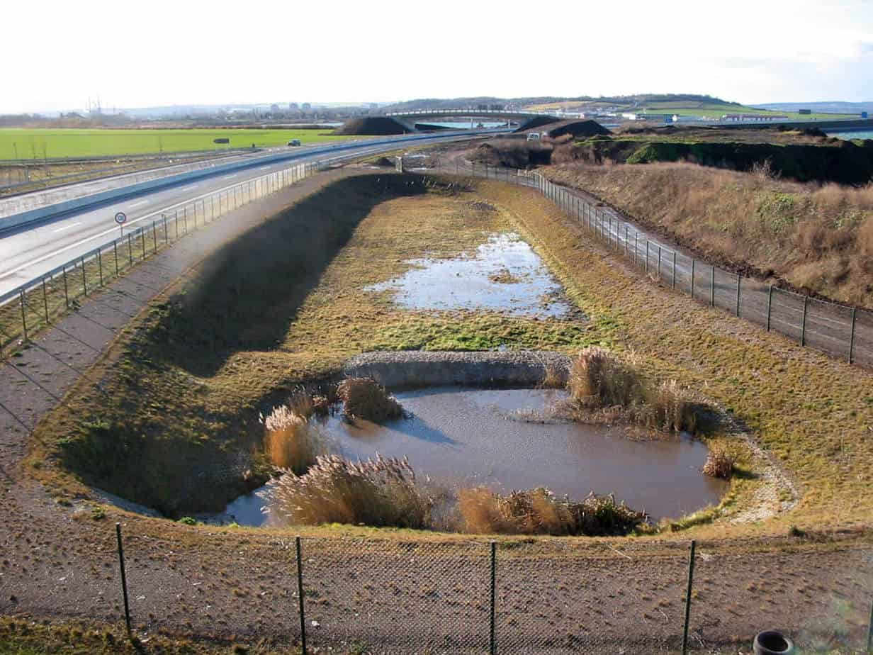 A Lipsia, la nuova autostrada in costruzione: la vasca di prima pioggia con prima vasca di sedimentazione dei fanghi e seconda vasca di infiltrazione su filtro verticale in corpi terrosi, non tessuti e sabbia