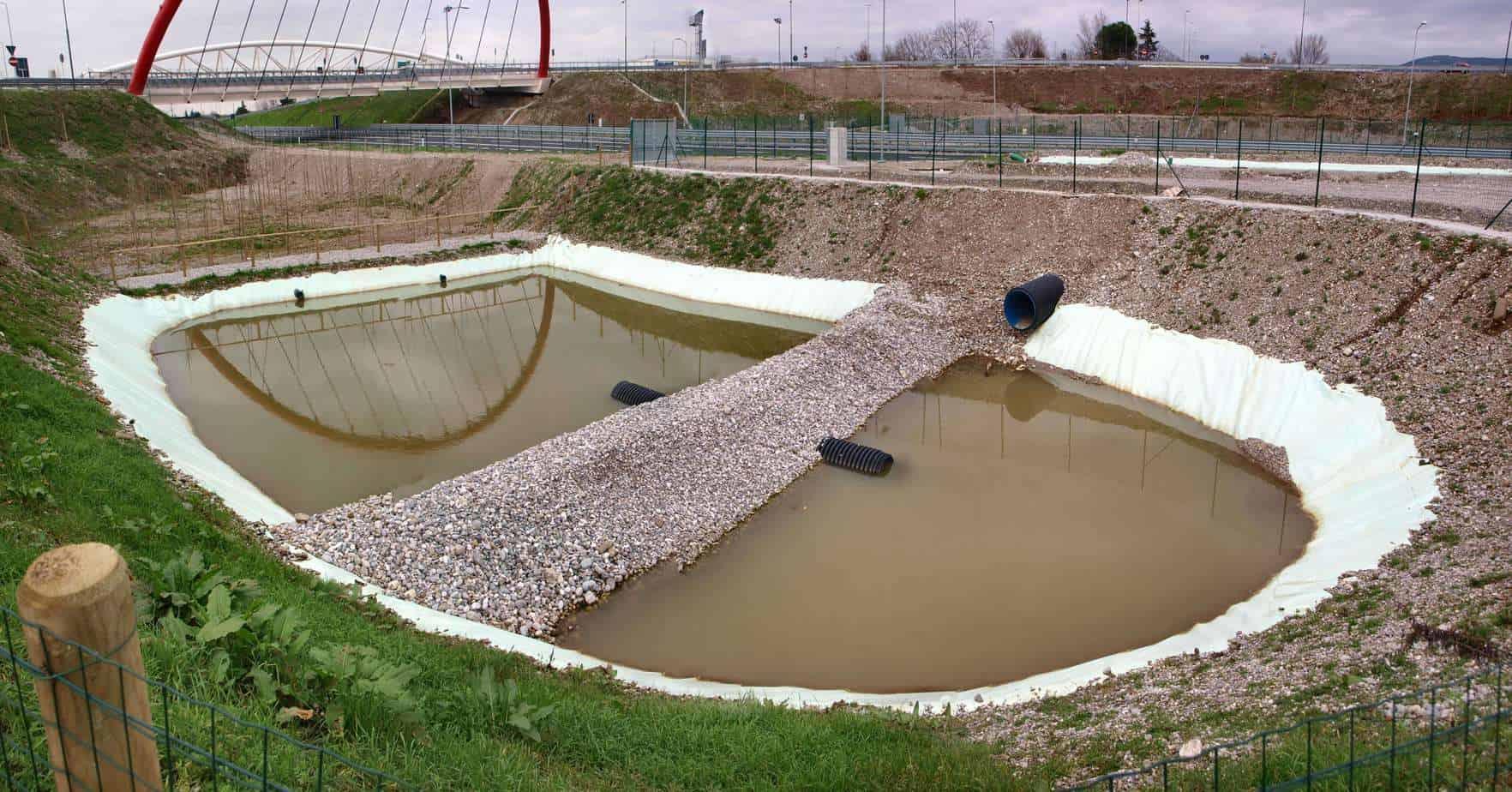 Sul nuovo raccordo autostradale Villesse-Gorizia, le vasche di prima pioggia con vasca di sedimentazione in entrata e setti di filtrazione in inerti