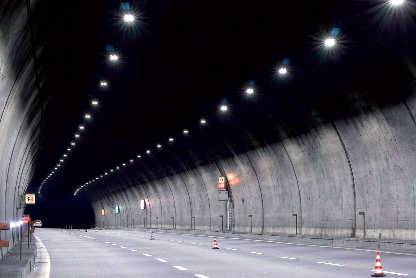 L'illuminazione a LED della galleria Vado (della lunghezza di 1.128m, a tre corsie di marcia, a disposizione bifilare) sulla A1 al km 216 (direzione Sud). Nel rispetto della vigente Normativa in materia di illuminazione di gallerie, è stato possibile raggiungere i livelli di illuminamento necessari installando apparecchi da 60 LED per la zona di ingresso della galleria e apparecchi da 40 LED per la parte centrale (illuminazione permanente). I livelli di luminanza ottenuti con gli apparecchi da 40 LED sono di 2,26 cd/m2 medie al suolo (U0 = 0,72; Ul = 0,90; TI = 5,74) e di 3,54 cd/m2 medie sulle pareti