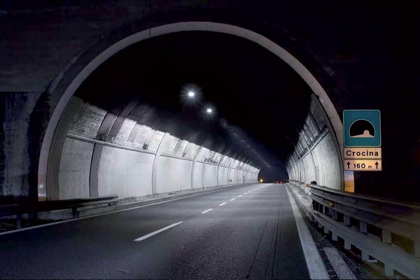L'illuminazione a LED della galleria Crocina (della lunghezza di 160 m e a disposizione monofilare) sulla A1 al km 355 (direzione Nord). Il progetto ha previsto la sostituzione di 21 apparecchi esistenti al sodio (100 Watt) con apparecchi da 60 LED dotati di ottica stradale asimmetrica (tipo PR). L'installazione è stata effettuata su una canalina esistente posta a un'altezza di circa 5 m dal piano stradale. La potenza nominale installata è inferiore del 40% rispetto all'impianto preesistente. La luminanza media al suolo è di 2,31 cd/m2 (U0 = 0,45; Ul = 0,74). La luminanza media ottenuta sulle pareti è rispettivamente di 2,82 cd/m2 e di 3,27 cd/m2, con uniformità generali U0 > 0,60 e longitudinali Ul > 0,75 su entrambe le pareti