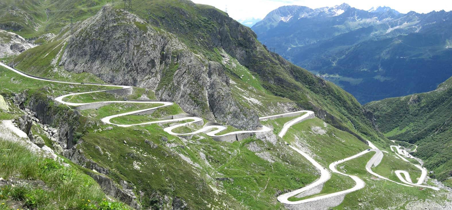 Una strada di montagna con curve di risvolto o tornanti (San Bernardino Pass)