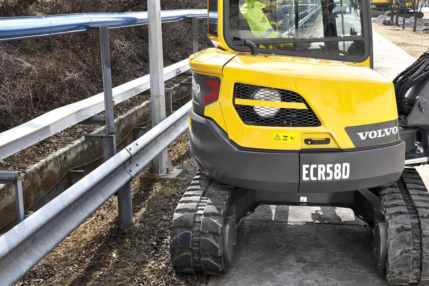 L'escavatore ECR58D consente l'accesso a un maggiore numero di cantieri potendo lavorare in sicurezza più vicino agli ostacoli, che si tratti di costruzioni stradali, interventi di servizio pubblico, riassetto paesaggistico o qualsiasi altra applicazione. Grazie al pesante contrappeso e al robusto sottocarro, la macchina garantisce una stabilità superiore