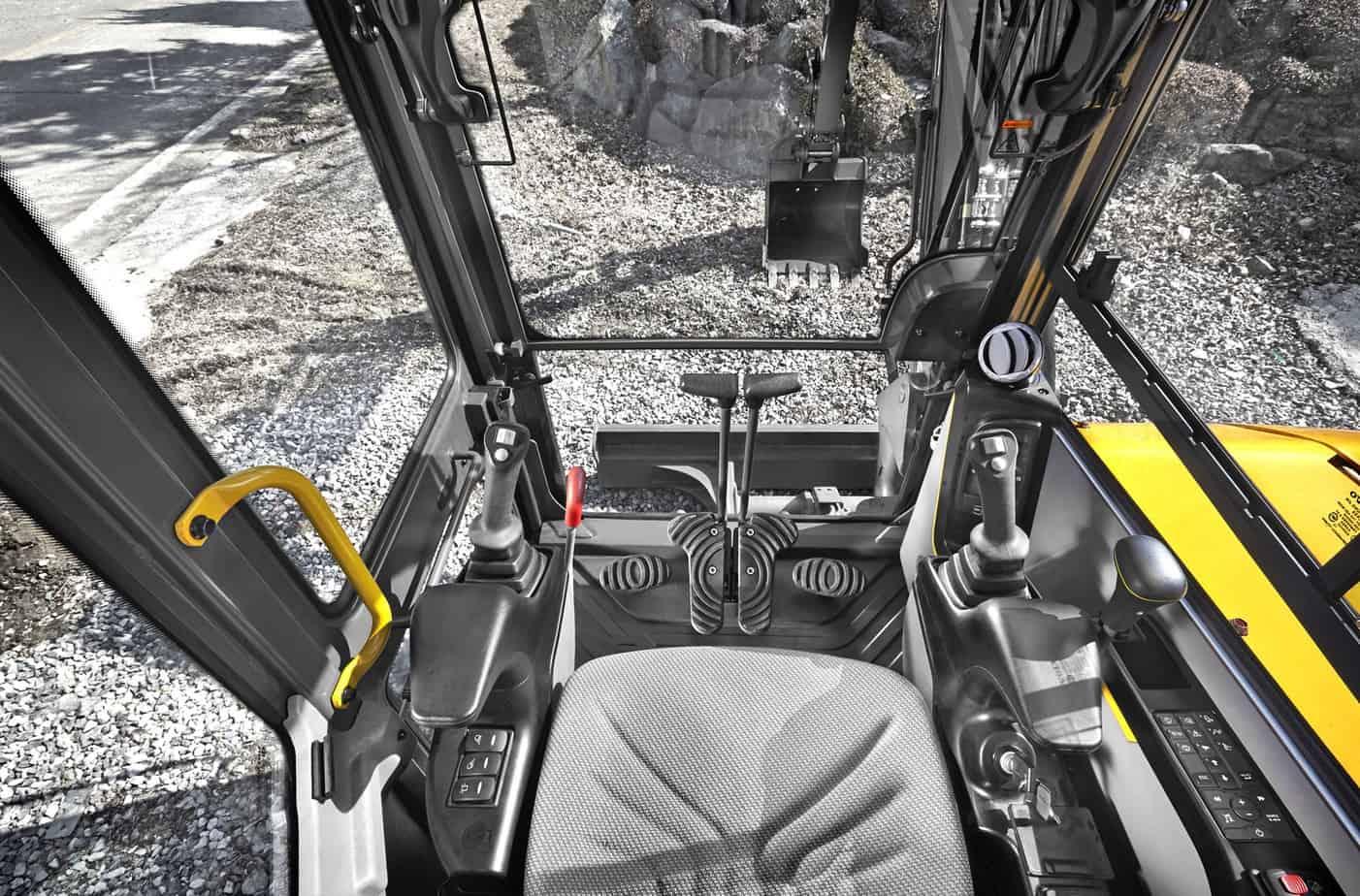 La visibilità a 360°, possibile grazie agli stretti montanti e alle ampie superfici vetrate, rappresenta il nucleo progettuale della cabina, che è certificata Rops, dispone di isolamento alle vibrazioni, comandi ergonomici e sedile regolabile, per aumentare il comfort, ridurre l'affaticamento e aumentare la produttività