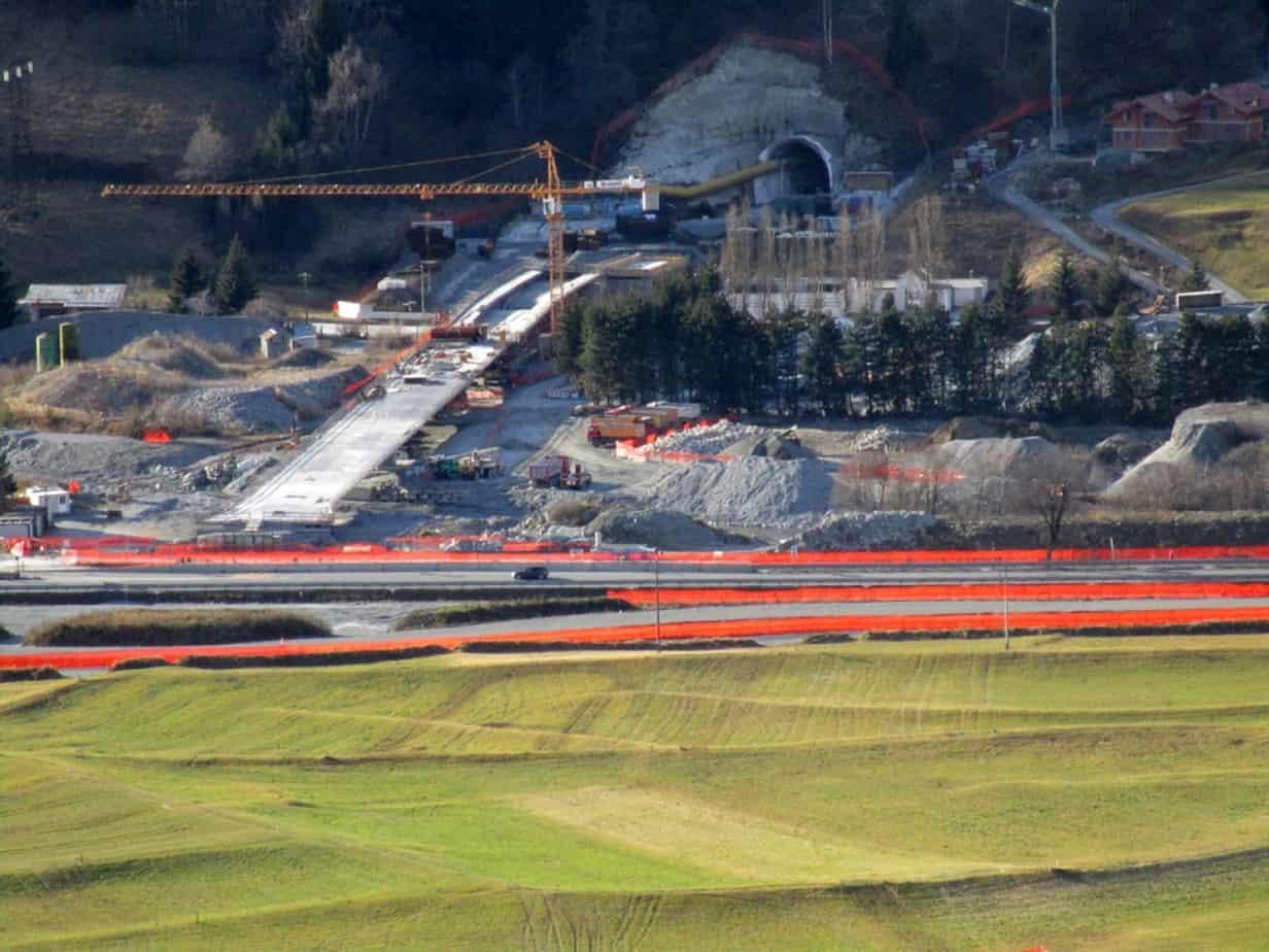 Una vista dall'alto del ponte sull'Adda e dell'imbocco della galleria