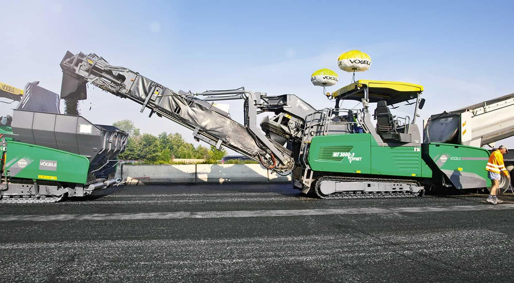 Il potente sistema convogliatore dei Power Feeder Vögele MT 3000-2 Standard ed MT 3000-2 Offset è in grado di immagazzinare fino a 40 t di conglomerato e di movimentare fino a 1200 t di conglomerato all'ora