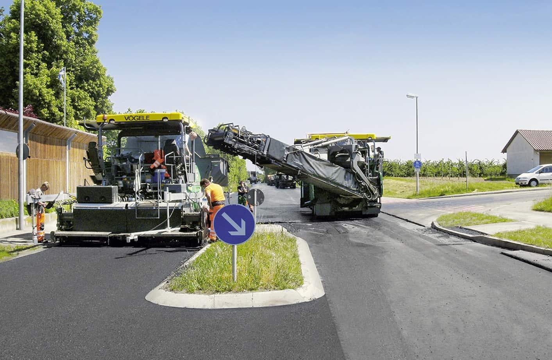 L'alimentazione laterale: si può ricorrere all'alimentazione laterale ovunque si debba lavorare in condizioni ristrette e non sia possibile il normale approvvigionamento per mezzo di autocarri, ad esempio quando un camion non può eseguire manovre in una striscia di pavimentazione scarificata ad alta profondità