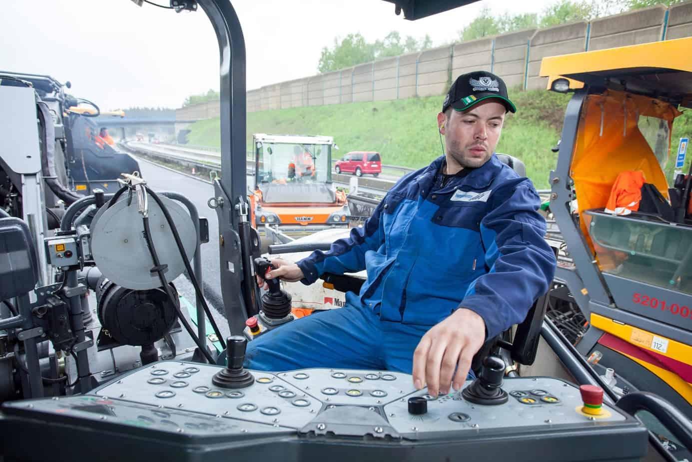 Per sollevare e abbassare il nastro brandeggiabile, l'operatore tira verso di sé o allontana il joystick. Per eseguire i movimenti di brandeggio gira il joystick in senso orario o antiorario