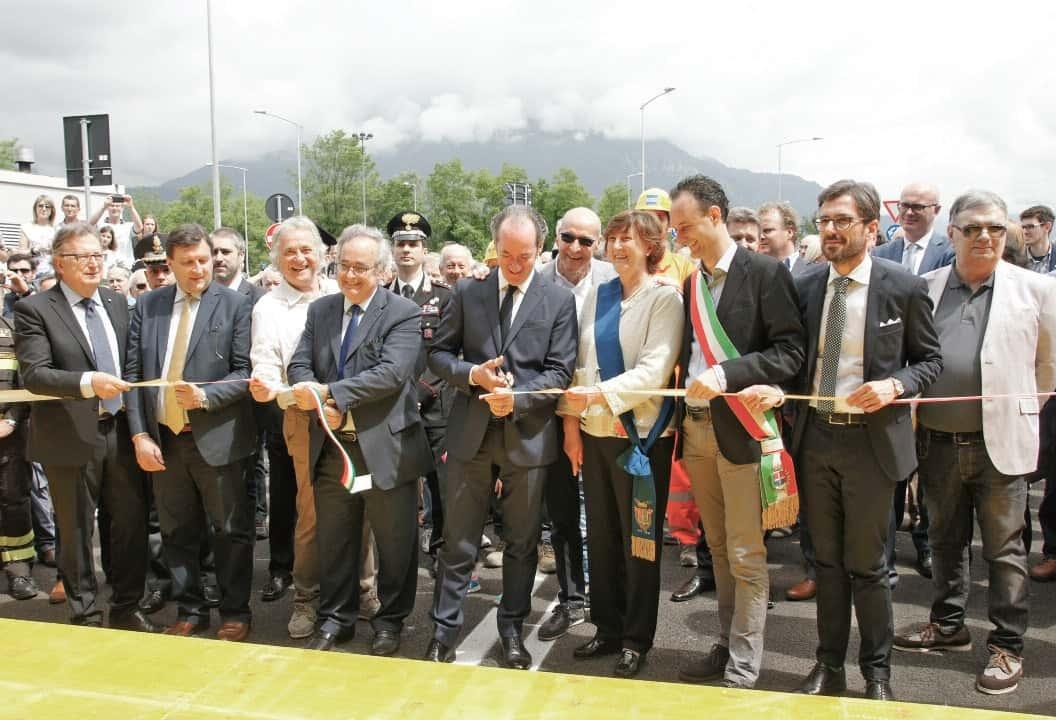 Il taglio del nastro: al centro, il Presidente della Regione Veneto Luca Zaia e il Sottosegretario di Stato agli Affari Regionali Gianclaudio Bressa