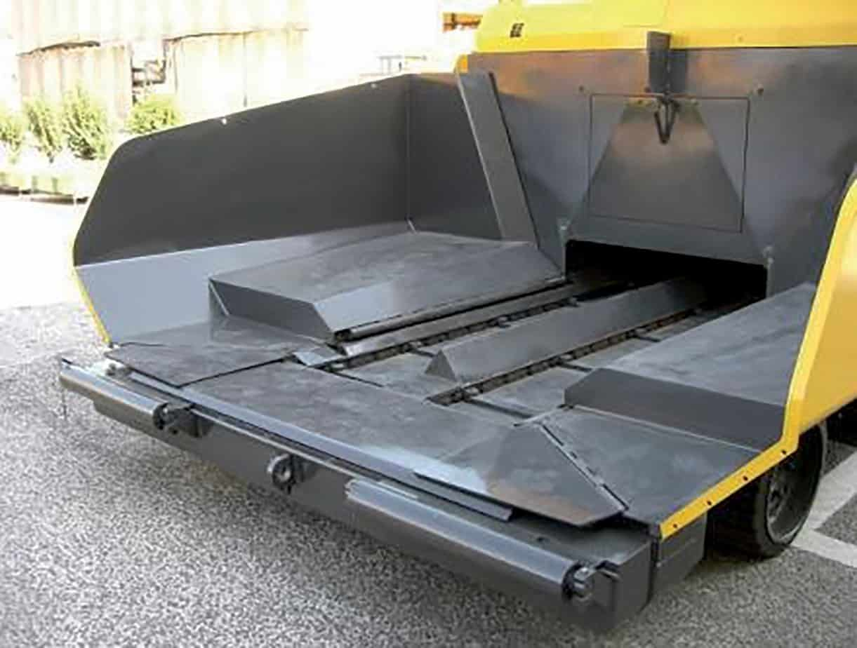 La tramoggia dispone di paratie idrauliche mobili anteriori che permettono di regolare meglio l'alimentazione e avere quindi un'altezza di scarico inferiore adatta a qualsiasi autocarro