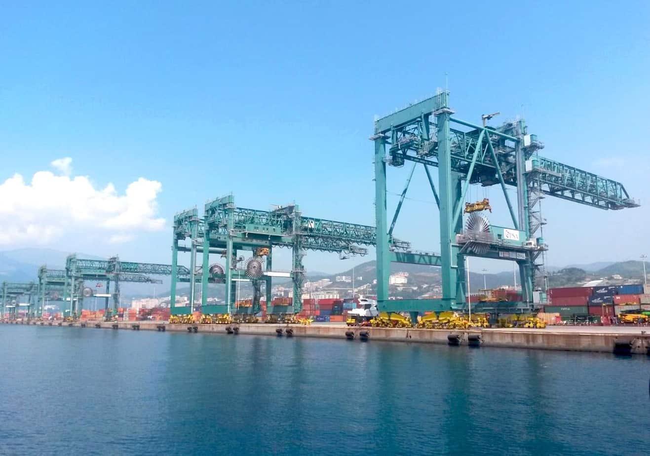 Vista del Voltri Terminal Europa SpA di Genova e del Terminal Contenitori Medcenter Container Terminal SpA di Gioia Tauro