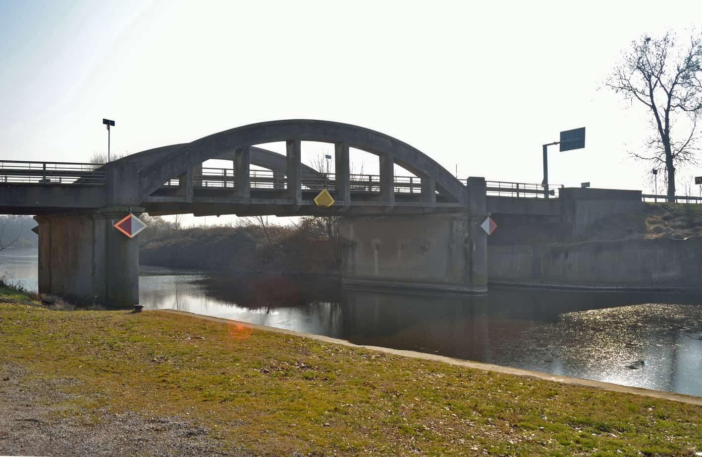 Il ponte esistente andrà demolito e sostituito con la nuova opera