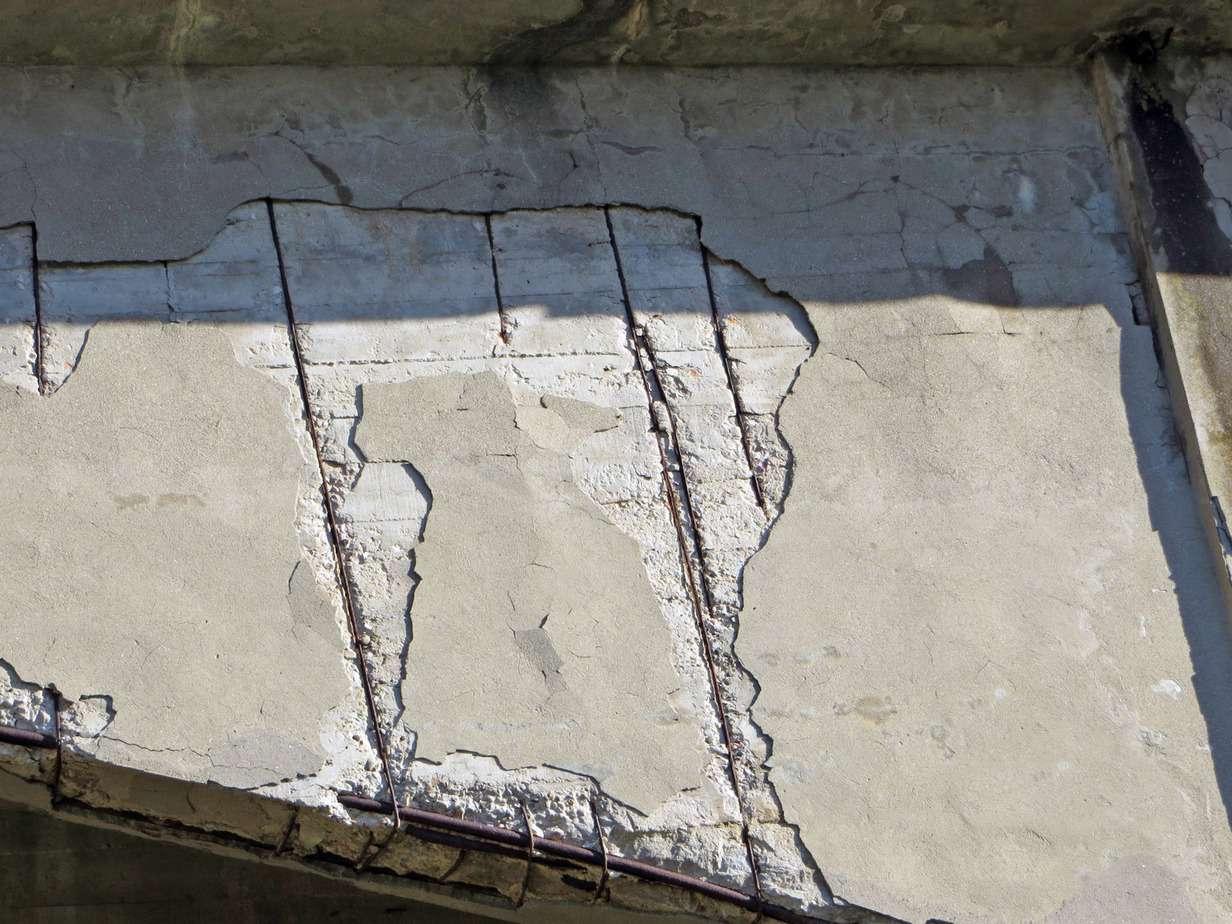 La rasatura cementizia di spessore millimetrico per riportare copriferro sulle staffe delle travi e dei pilastri è un intervento non duraturo; dopo alcuni anni è destinato a cadere perché il fenomeno di ossidazione dei ferri non è stato bloccato e/o perché la superficie di aggrappo non è stata sufficientemente irruvidita