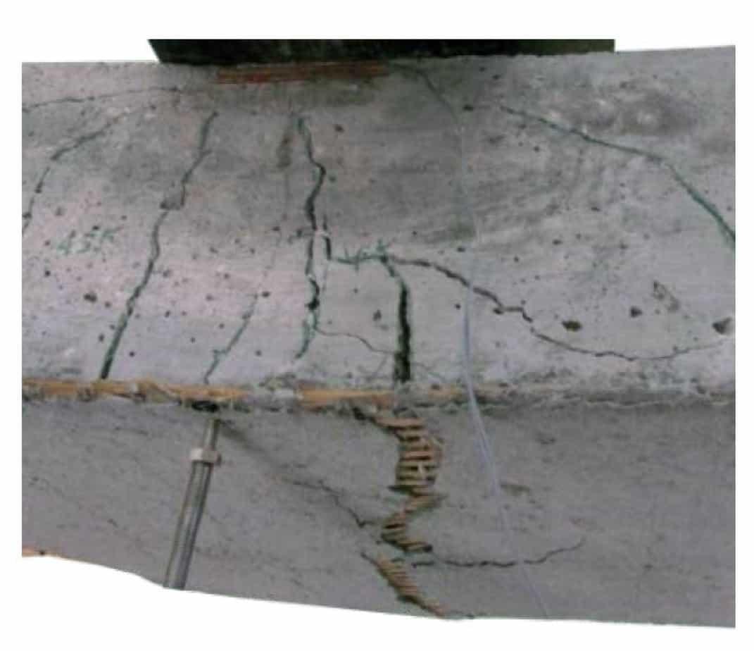 L'intervento di placcaggio con sistema FRCM consiste nell'inserimento di uno o più strati di rete fibrosa all'interno di una malta inorganica a base cementizia o di calce. La rete fibrosa, in funzione del tipo di filamento utilizzato, potrebbe sostenere deformazioni fino al 2%, ma la malta che li avvolge si lesiona a deformazioni che sono circa dieci volte inferiori