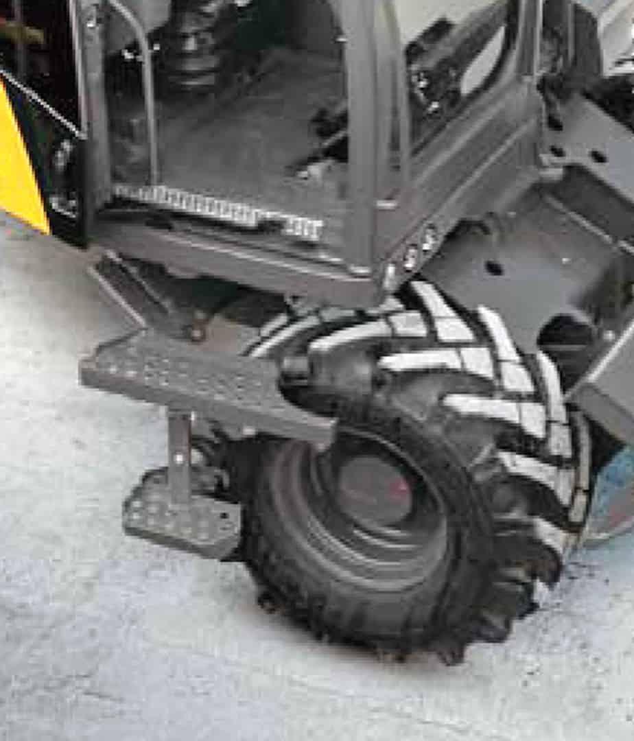 La scaletta pieghevole, brevettata Mecalac, significa maggiore sicurezza