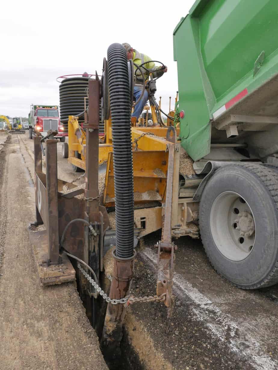 L'Impresa utilizza una macchina che provvede sia al riempimento della trincea con il ghiaietto sia alla posa del tubo