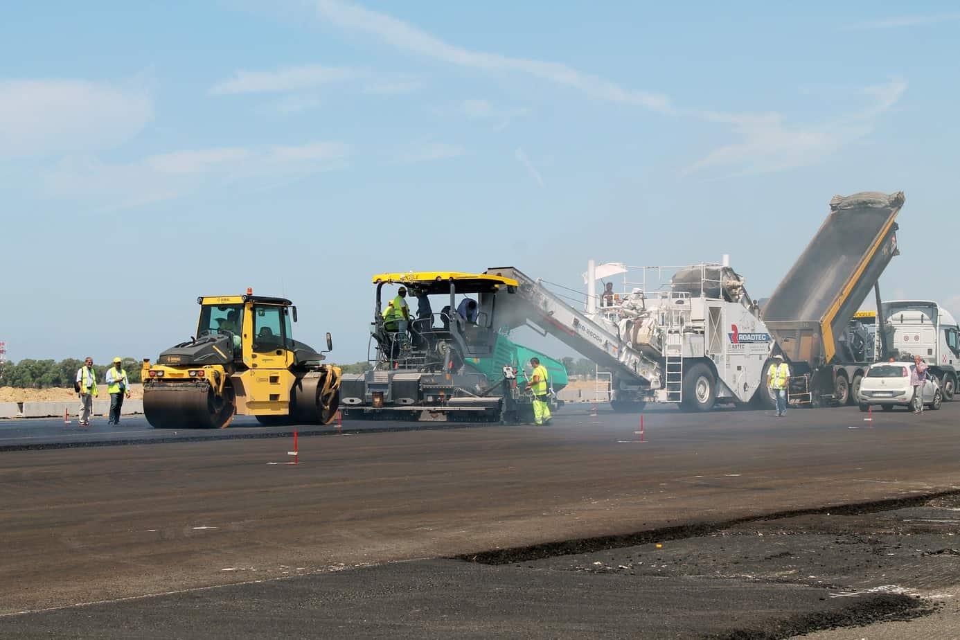 Il treno di lavorazione della Pavimental sulla pista n° 3 dell'aeroporto internazionale di Roma Fiumicino