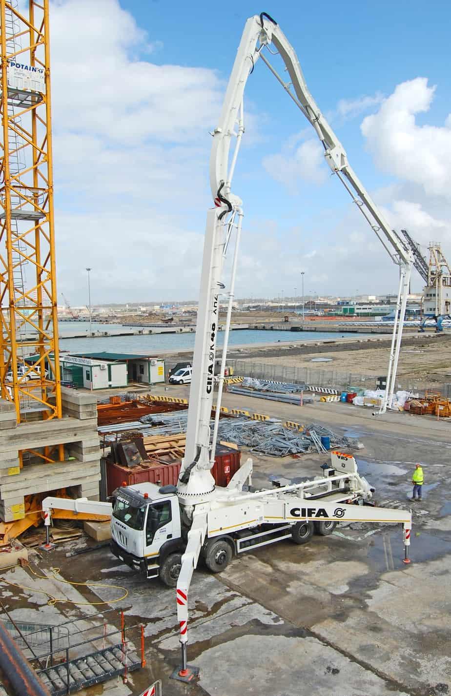 Al porto di Civitavecchia Cifa è all'opera con una pompa autocarrata K48