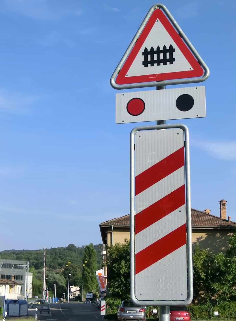 Eliminati dal regolamento stradale i pannelli distanziometrici dei passaggi a livello