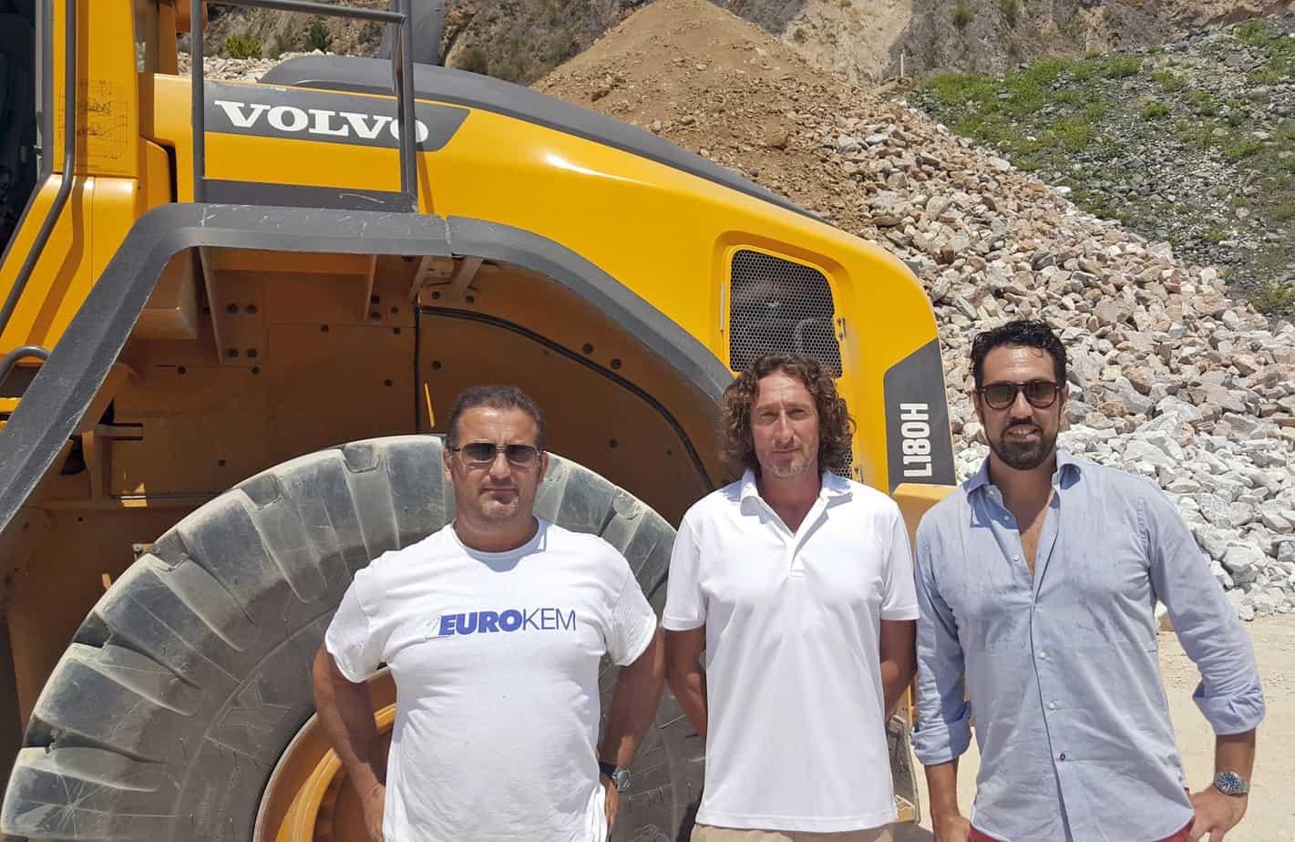 Da sinistra, l'operatore Marco Francini, l'Amministratore Delegato Sig. Marco Bertonelli e il Funzionario Commerciale di Volvo CE Italia (Filiale di Livorno) Sig. Giacomo Carrara