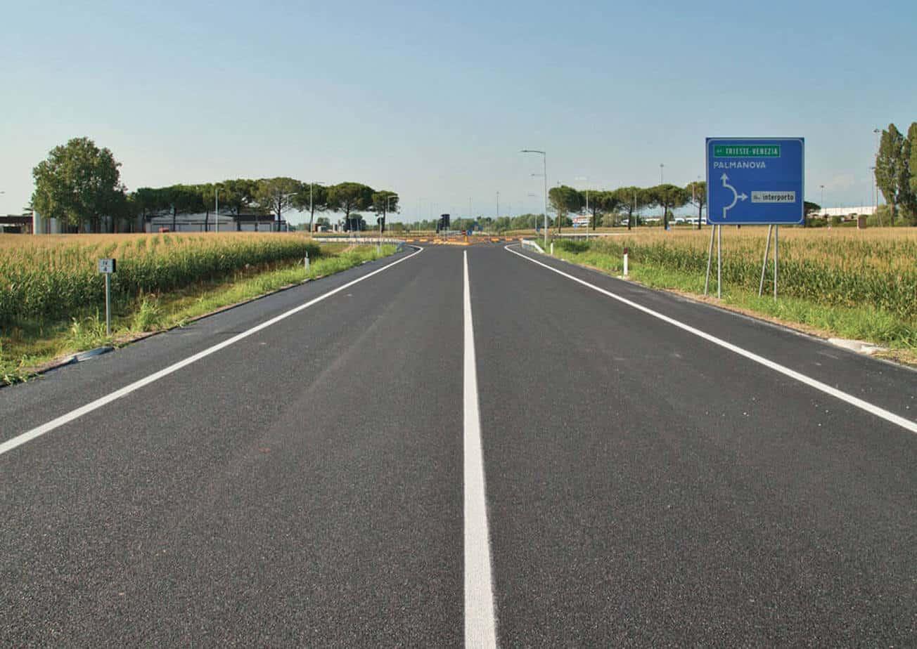 L'asse stradale principale: la carreggiata a due corsie di larghezza 3,75 m