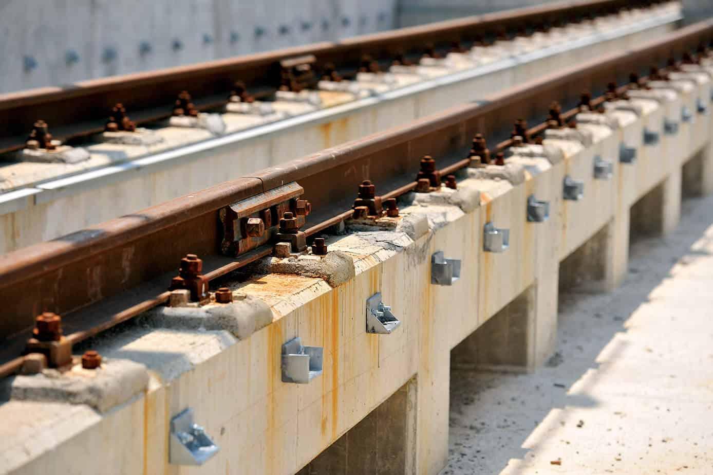 Un particolare del collegamento delle rotaie con le strutture rialzate in calcestruzzo