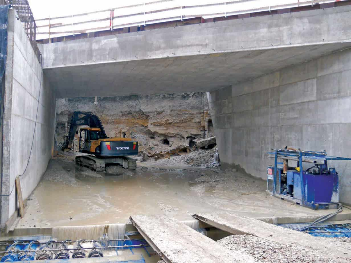 La fase di scavo all'interno del monolite, in primo piano i martinetti di spinta