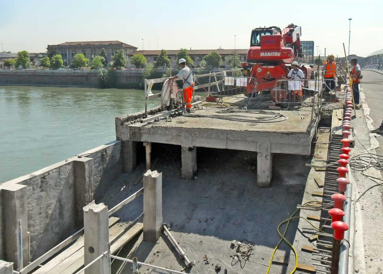 Le fasi di intervento di ricostruzione e di allargamento: la demolizione dei pilastri esistenti