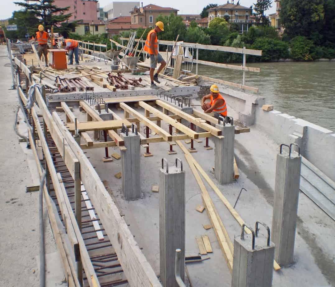 Le fasi di intervento di ricostruzione e di allargamento: la ricostruzione dei pilastri in c.a. interni
