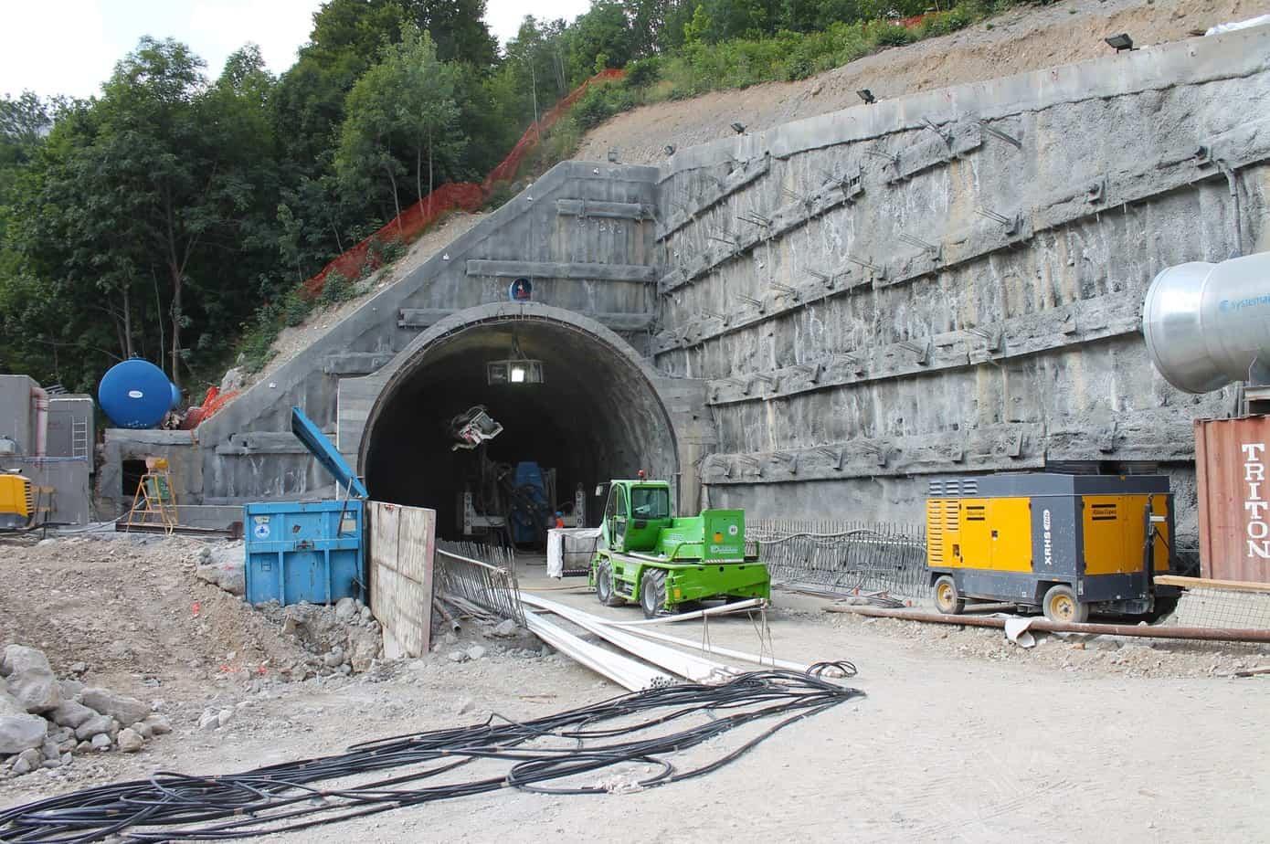 Il fronte sul lato italiano ha visto lo svolgimento di ingenti lavori propedeutici tra cui la demolizione di alcuni edifici esistenti in disuso e la costruzione di una berlinese per il consolidamento del versante attiguo all'ingresso del nuovo tunnel