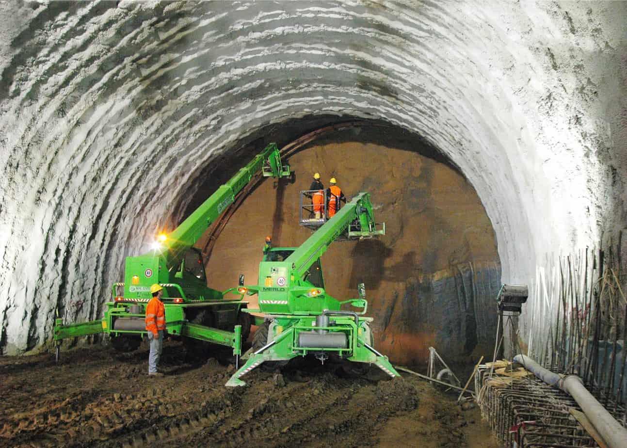 Le attrezzature progettate da Merlo prevedono anche posacentine specifiche che consentono di operare anche in gallerie a sezione molto ampia