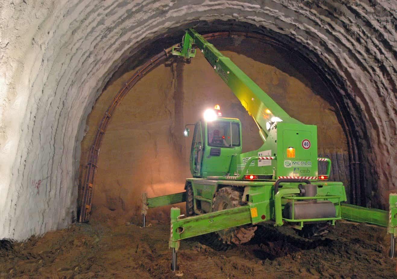 La gamma Roto si rivela adatta anche ai lavori di servizio per le grandi gallerie scavate con le TBM. La polivalenza di queste macchine è infatti un must a cui non si rinuncia nei cantieri