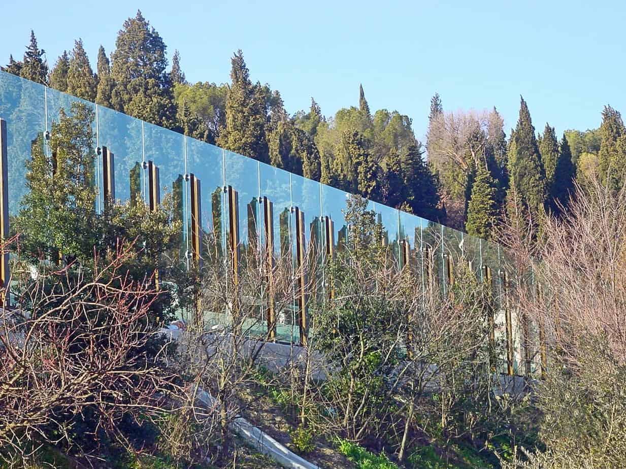 Una barriera antirumore in cristallo integrata nella vegetazione