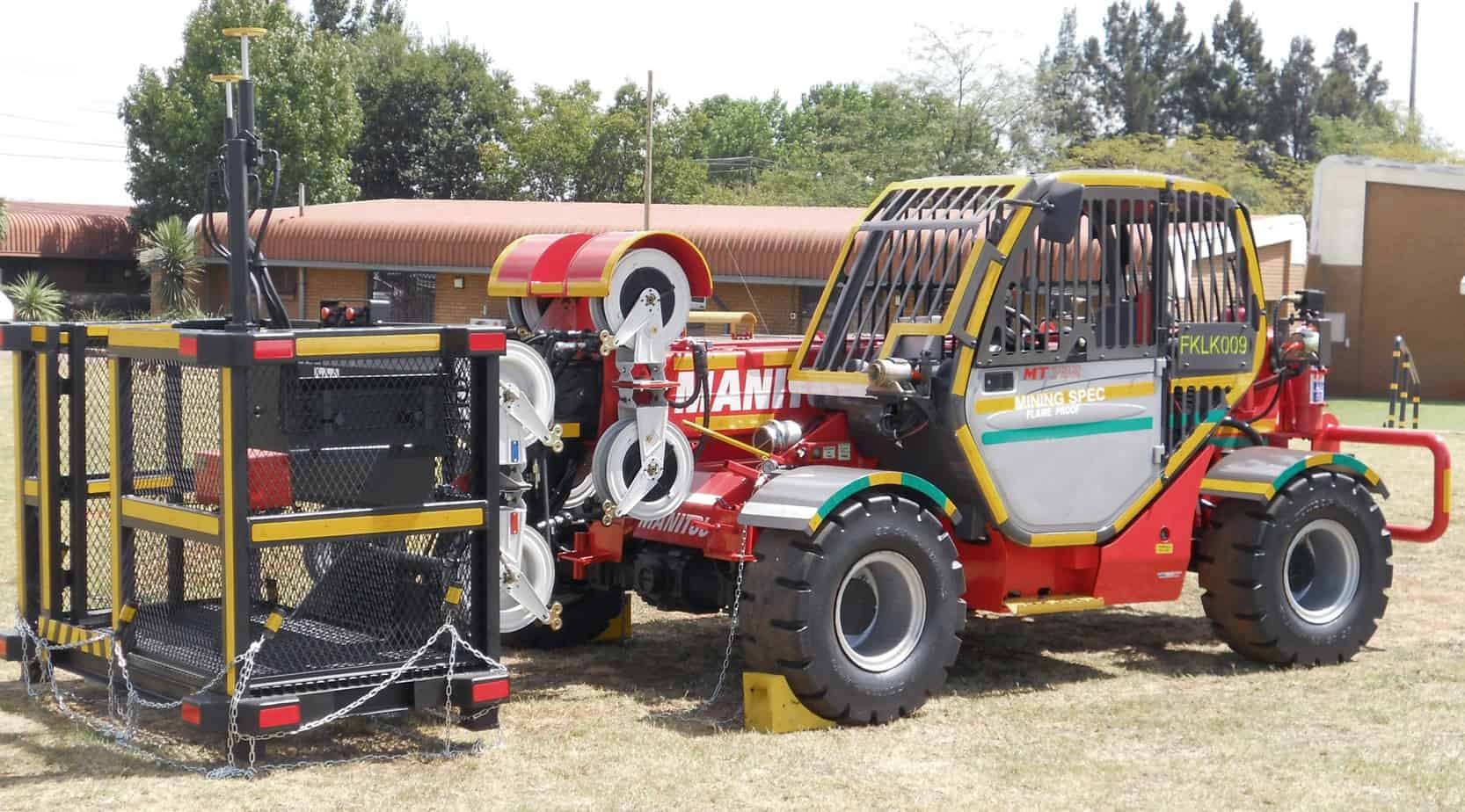 Una macchina con allestimento del cestello per lavoro aereo speciale da miniera o da galleria
