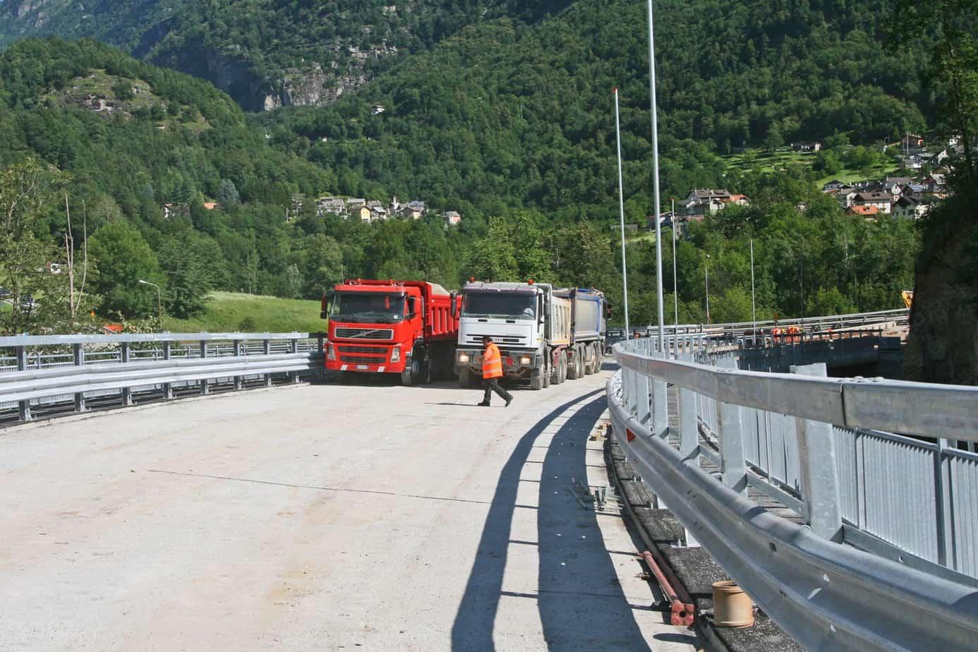 Il posizionamento degli autocarri sul ponte durante la prova
