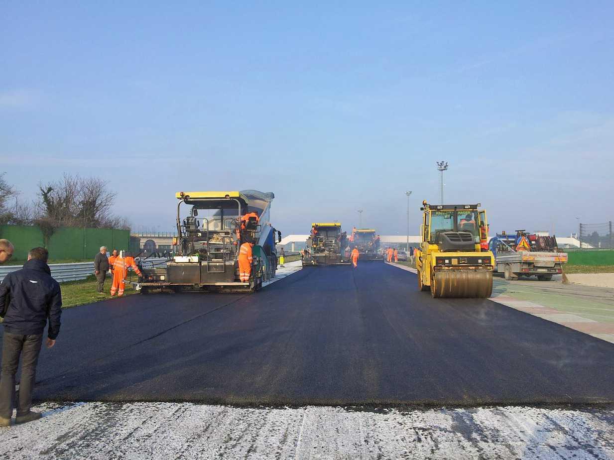 La stesa di asfalto realizzato con bitume modificato additivato a polimeri elastomerici (gamma Styrelf®) sul circuito di Misano Adriatico