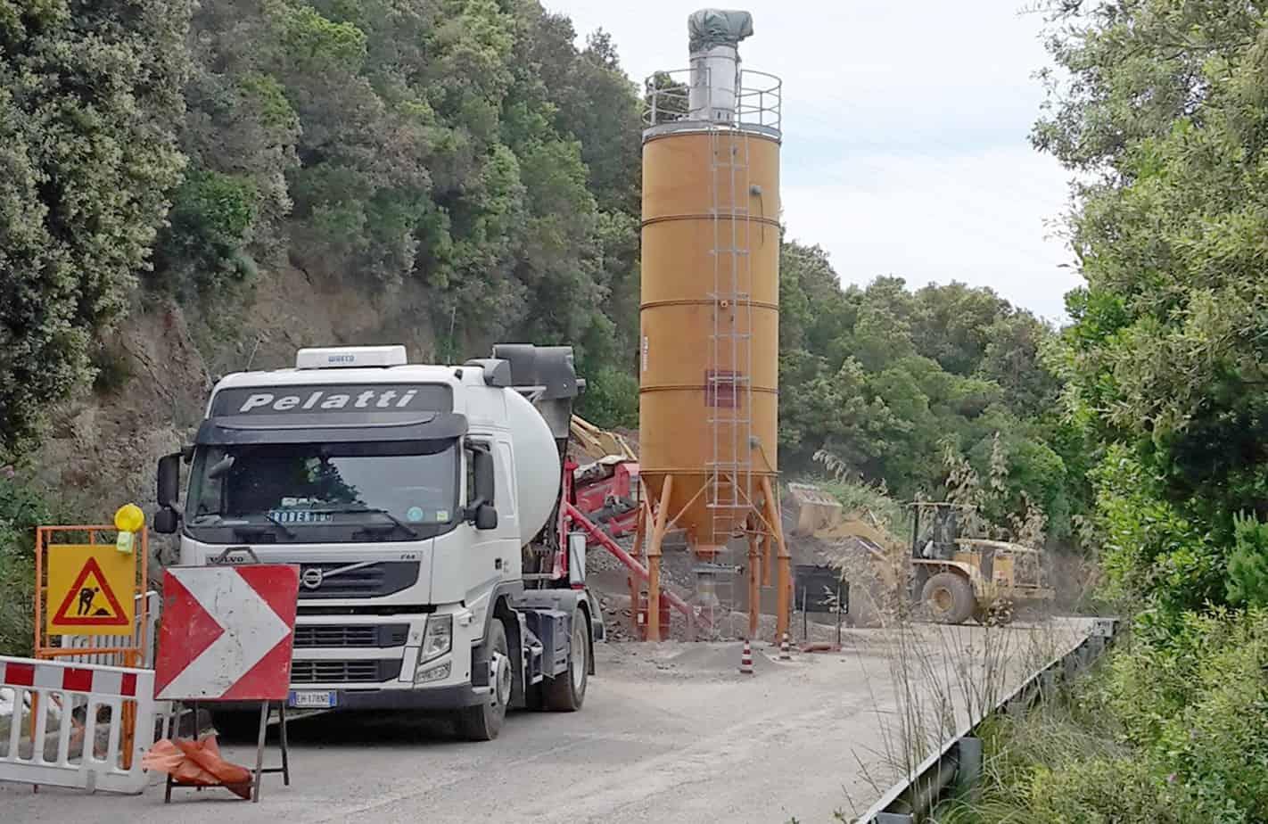 Il silo cemento e la cisterna del bitume