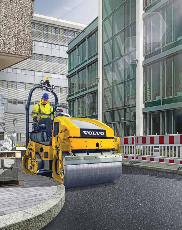 Il nuovo rullo a doppio tamburo DD25B di Volvo Construction Equipment adatto ai lavori in ambito urbano per la sua versatilità. Il cofano spiovente e il sedile scorrevole in posizione ottimale offrono all'operatore una visibilità a 360° dei bordi del tamburo