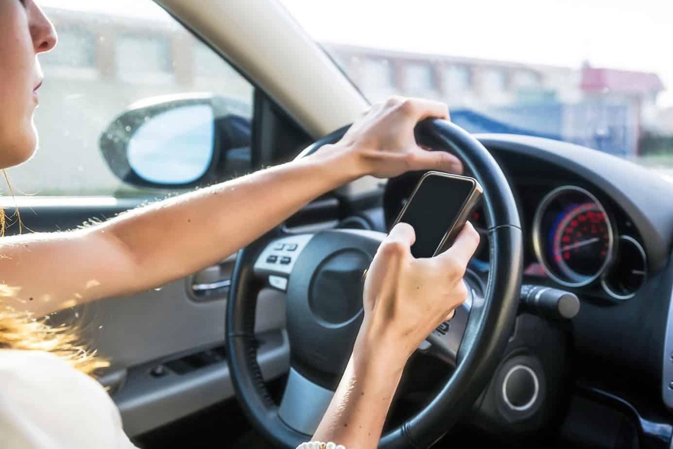 Un esempio di distrazione alla guida per effetto dell'utilizzo del telefono per parlare o scrivere messaggi (causa endogena)