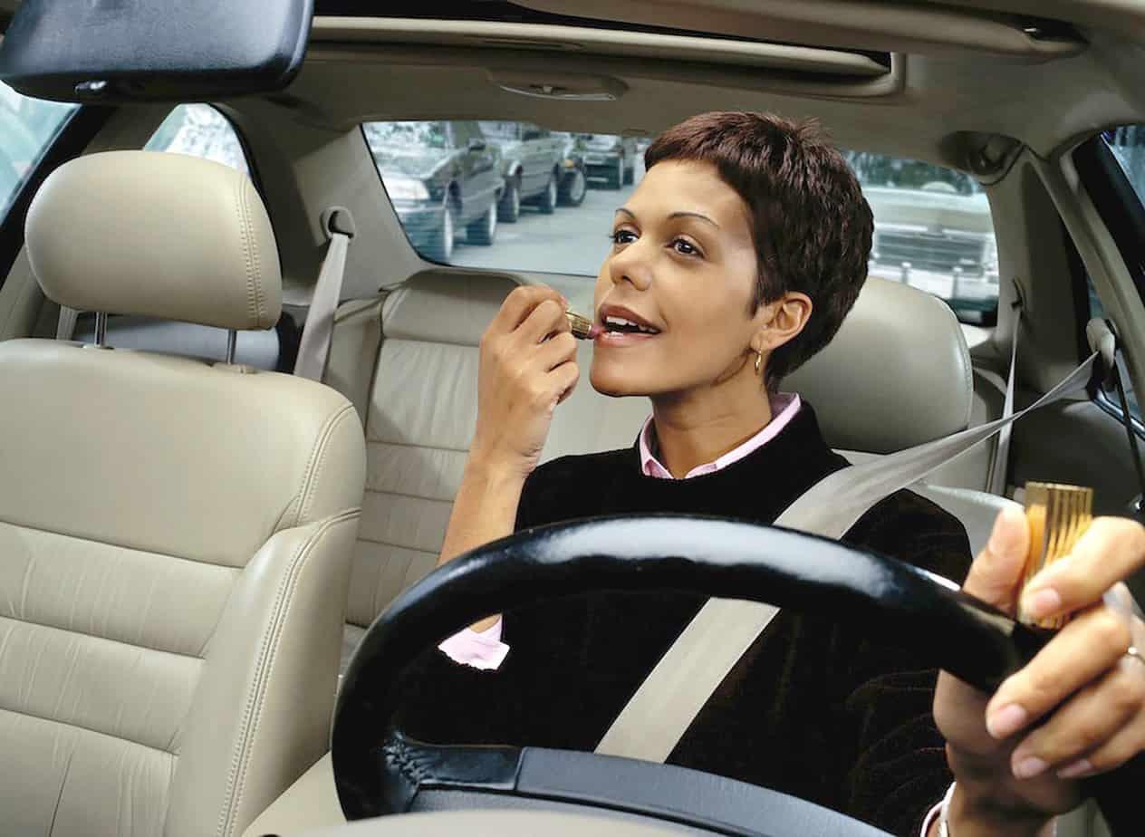 La distrazione causata dal truccarsi alla guida (causa endogena)