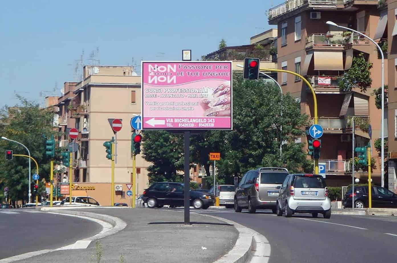 Un esempio di cartellone pubblicitario fonte di distrazione e di cattiva percezione della regolazione semaforica (causa esogena)
