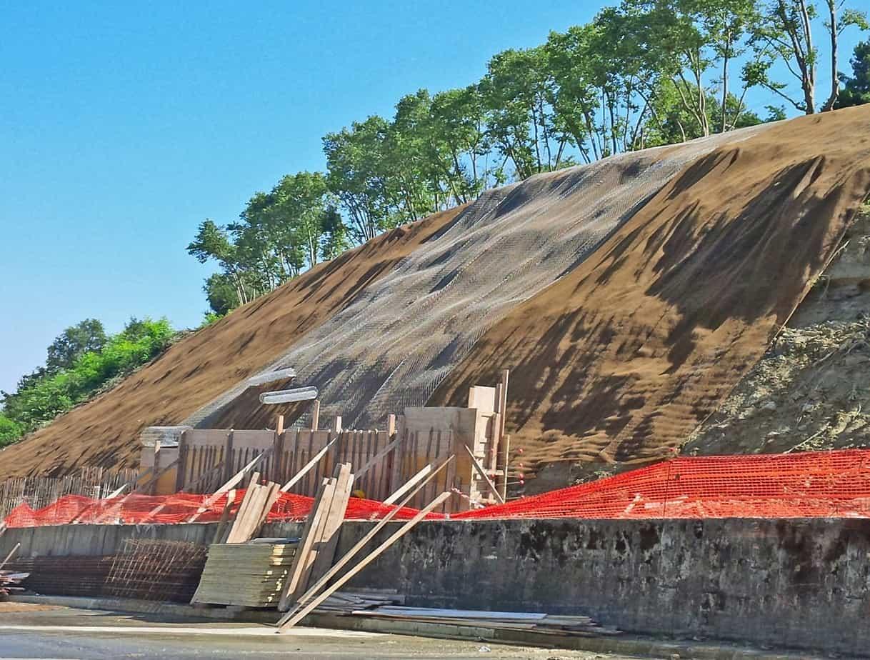 La messa in sicurezza del versante con reti metalliche e geostuoie rinforzate tipo Macmat R