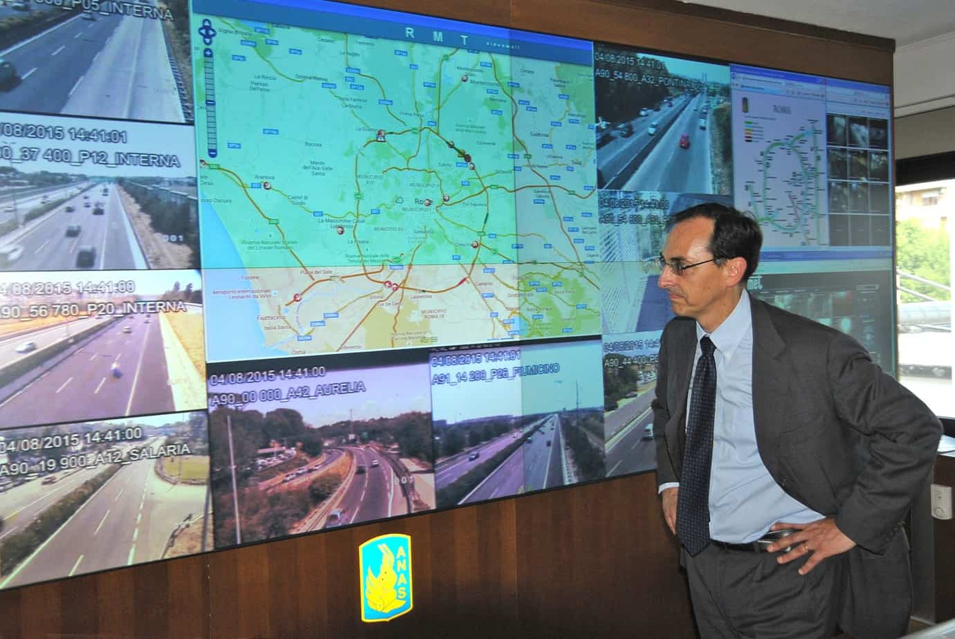 L'Ing. Gianni Vittorio Armani presso la sala controllo del traffico della città di Roma